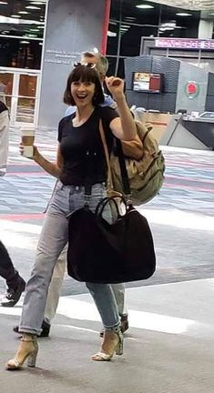 A very happy Caitriona before/after WW con? She looks so lovely XD Source: [X] Thank you xoxo Claire Fraser, Jamie And Claire, Outlander Casting, Outlander Series, Caitriona Balfe Outlander, Laura Donnelly, Outlander Season 4, Sam And Cait, Best Jeans