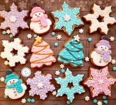 christmas cookies fondant Weihnachtspltzchen 100 Christmas Cookies Decorations That Are Almost Too Pretty To Be Eaten - Hike n Dip Cute Christmas Cookies, Christmas Treats, Christmas Baking, Grinch Christmas, Santa Cookies, Cute Cookies, Holiday Cookies, Freezable Cookies, Snowflake Cookies
