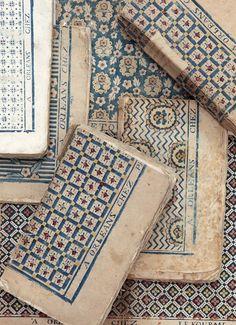 Papier dominoté imprimé en bleu à  motifs de points de Hongrie revisités. Il est signé « BH, A Orléans chez Benoist Huquier, N°58 » Recouvre «Tableaux de Paris» par Louis- Sébastien Mercier, Amsterdam, 1783 ; (ollection de l'auteur, photo ©️️️️ Corinne Schanté-Angelé).