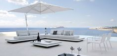 Choosing an outdoor parasol - sunshading for patio or garden Outdoor Seating, Outdoor Spaces, Outdoor Decor, Outdoor Sofas, Online Architecture, Architecture Design, Contemporary Outdoor Furniture, Bali House, Outside Furniture