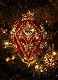 Created by Beth Reece. Blogged: www.allthingspaper.net/2012/12/quilled-christmas-ornament...