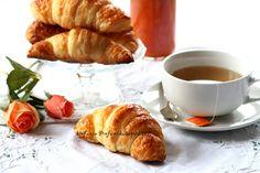 """Chi non ha mai desiderato di svegliarsi un giorno a Parigi, di assaporare l'aria romantica e malinconica di questa splendida città, e di fare colazione con un delizioso croissant al burro appena sfornato, seduti al tavolo di un caratteristico bistrot, sfogliano """"Le Figaro"""" e ascoltando Edith … Christophe Felder, Le Figaro, Croissant, Camembert Cheese, French Toast, Cakes, Breakfast, Desserts, Food"""