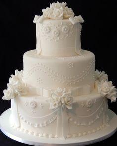 """Bolo de quatro andares com textura de laços e decorado por flores; da Sweet Carolina """"The Art Of Cake"""" (www.sweetcarolina.com.br), a partir de R$ 100 (quilo). Disponibilidade e preço pesquisados em dezembro de 2013 e sujeitos a alteração"""