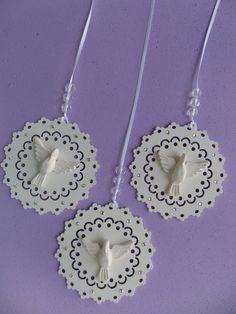 PEDIDO MINIMO : 5 PEÇAS  Mandala para pendurar na cortina e ou janela.  Mandala feita de mdf, 3mm, pintada em branco .  Aplicação de cristais.  Divino em resina  Fita de 1 metro com 3 pedras em acrilico.;  Material em mdf de 3mm