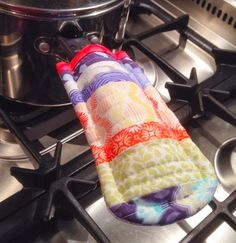 Sewing Gifts Too Hot to Handle Pot Holder from Kitchen Stitches - Scrap Fabric Project Scrap Fabric Projects, Small Sewing Projects, Sewing Projects For Beginners, Fabric Scraps, Quilting Projects, Sewing Hacks, Sewing Tutorials, Sewing Crafts, Sewing Patterns