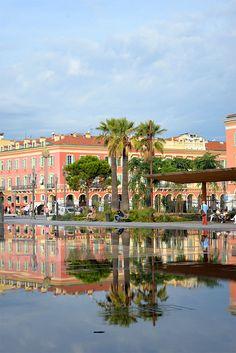 Le miroir d'eau de la Promenade du Paillon à Nice, l'un des joyaux de cette superbe ville, à lire sur http://atasteofmylife.fr