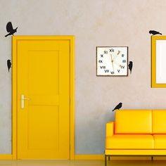 Leuk idee! Een gele deur gecombineerd met interieurstickers.