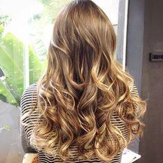 É difícil resistir a ideia de conquistar um deslumbrante mar de cachos e luzes. | 15 cabelos que vão te mostrar que luzes nunca foram tão legais