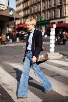 Stockholm street style // look rétro très seventies avec un jeans falre