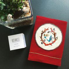 お誕生日プレゼントをいただきました♡ 刺繍を通していろんな方と知り合って幸せをたくさんいただいています🌷 アリスのブックカバーは「annasの小さな刺しゅう図案」に載っています。 ・ ・ #刺繍 #アリス #不思議の国のアリス  #embroidery #embroidered #needlework #手芸 #ステッチ #stitching #刺しゅう #暮らしを楽しむ #ハンドメイド #자수 #вышивка #broderie #ししゅう #日々 #暮らし #丁寧な暮らし #手作り #ハンドメイド #手芸 #ハンドメイド  #刺繍教室 #刺繡 #ブックカバー