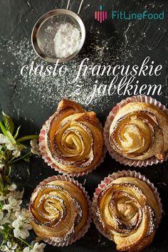 Jabłko kroimy na pół, wycinamy środek i kroimy w bardzo cienkie plasterki. Ciasto francuskie kroimy w plastry o szerokości 5 centymetrów i układamy wzdłuż plasterki jabłka. Ciasto składamy na pół i rolujemy tworząc małe różyczki. Pieczemy w temperaturze 180 stopni przez 15-20 minut. Posypujemy cukrem-pudrem.  www.fitlinefood.com Muffin, Breakfast, Food, Morning Coffee, Essen, Muffins, Meals, Cupcakes, Yemek