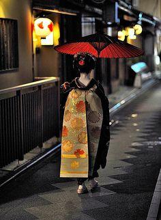京都 祇園 だらりの帯の舞妓さん Kyoto, Japan