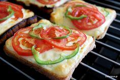 Οι μπρουσκέτες με ψωμί του τοστ, ντομάτα, πιπεριά και λίγη πάπρικα αποτελούν χορταστική κι ελαφριά λύση για ένα γρήγορο σνακ ή ελαφρύ βραδινό.