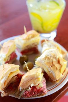 SANDUÍCHE LÉO Com recheio de rosbife, queijo prato e cebola, o lanche é homenagem do Empório Veloso ao bar do Centro (Foto: Daniel Peres / Photo5 / ÉPOCA SP)