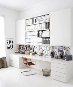 Decoração de: Home office; estante com portas e prateleiras; Casa de Valentina