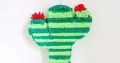 {DIY} Une piñata Cactus ! Mini Pinatas, Cactus, Paper Toy, Lets Celebrate, Craft, Birthday Parties, Christmas Ornaments, Holiday Decor, Outdoor Decor