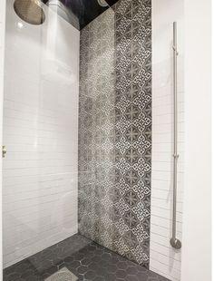 Superbe céramique dans cette grande douche! Beaux motifs au mur et hexagones au sol.