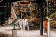 Willkommen im neuen Wasserparadies für all unsere kleinen Gäste. In der Wasserwerkstatt im neuen waldSPA Family & Kids im Forsthofgut warten allerlei Wasserspiele. Wasserfälle, Fontänen und Wasserpistolen: Aufgepasst, Wasser Marsch! Hier kann nach Herzenslust geplanscht und getobt werden.