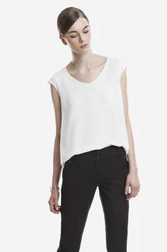 Bluzka z lejącej tkaniny, z podszewską sięgającą do pasa. Dekolt w kształcie litery V. Przeszycie na plecach wzdłuż bluzki. Modelka ma 178 cm wzrostu i prezentuje rozmiar 36.