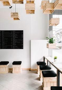 | Creative juicebar interior design made of crates - ChicDecó