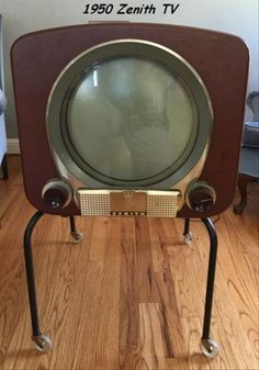 Examples of early TVs, from Tv Vintage, Vintage Design, Vintage Antiques, Tvs, Radios, Vintage Television, Television Set, Hifi Video, Décor Antique
