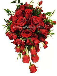Ramo con caída en rosas rojas, ramo clásico idealmente debe ser usado por novias altas y acompañado de un vestido con cola. Diseño Flores y Piedras www.floresypiedras.cl