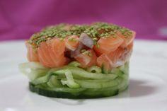 Rauwe zalm met wasabi sesamzaadjes op een bedje van komkommer