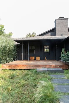 LA Noir: Architect Takashi Yanai's Humble-Chic Bungalow A tousled lawn and black exterior immediately let visitors know this isn't an average suburban home. Black Exterior, Exterior Design, Style At Home, Casa San Sebastian, Outdoor Spaces, Outdoor Living, Bohemian House, Home Fashion, My Dream Home