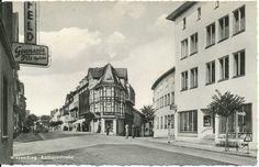 """KE 006 - Kreits Ecke 1957 gel. Links vorne das Hotel Hatzfeld, rechts das Geschäft E. Mast, dahinter die Post. Vielleicht erinnert sich noch jemand an den sprechenden Zigarettenautomaten im Schaufenster des Geschäfts """"Mast""""."""