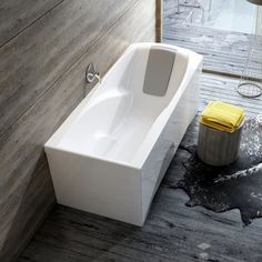 Drewno w łazience, surowy i prosty styl | wanna Ravak