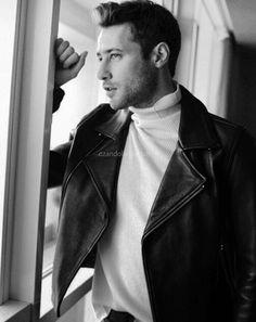Bu bakıştan anladığım : Burası eskiden bizim arsaydı😂😂Arsasını bakarken Mehmet Ozan Dolunay 😆😆 Turkish Men, Turkish Actors, Boy Photography Poses, L Love You, Actors & Actresses, Istanbul, Tv Series, First Love, Eye Candy