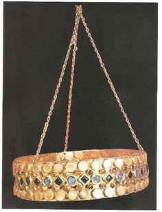 Corona de la reina Teodolinda, esposa de Agilulfo, rey de los longobardos. La reina convirtió a su pueblo a la fe católica apoyada por San Gregorio Magno. Oro, granates y zafiros.
