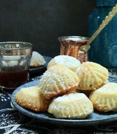 Maamoul biscuits with date and walnut filling for the sugar festival - Turkish Recipes Easy Arabic Dessert, Arabic Sweets, Arabic Food, Gourmet Desserts, Dessert Recipes, Dessert Food, Plated Desserts, Dessert Arabe, Pistachio Baklava