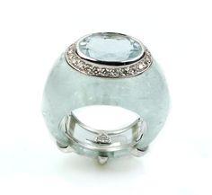Bague aigue marine et diamants. Ce bijoux d'exception réuni l'or gris et une aigue marine de 55 carats pour la monture et une très belle aigue marine taillée en oval qu'une sertissure de diamants vient terminer.