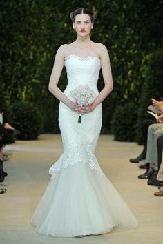 Vestido de novia corte sirena con escote strapless corazón y bordados en la tela - Foto Carolina Herrera