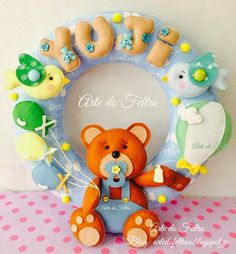 Guirlanda do Yuji Felt Crafts, Diy And Crafts, Felt Wreath, Wall Hanger, Baby Gifts, Garland, Picture Frames, Projects To Try, Banner