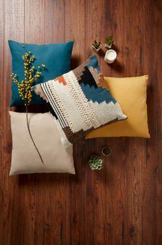 #castorama #inspiration #decoration #ideedeco #tendancedeco #coussins #parquet #GoodHome Stores, Decoration, Sofa, Throw Pillows, Bed, Inspiration, Parquetry, Color, Decor