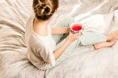 Does your mind wander and not stop right before bed? These are 5 simple sleep rituals that are great remedies to help stop anxiety before sleep. 4life Transfer Factor, Sleep Rituals, Cocina Natural, Circulation Sanguine, Lose Weight, Weight Loss, Before Sleep, Bedtime Routine, Metabolism
