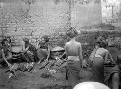 COLLECTIE TROPENMUSEUM Verkoopsters van speenvarkens op de markt in Moentjan.