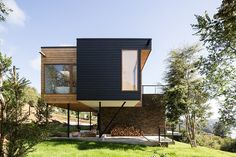 pe+br+re stacks wulf house overlooking lake in chile