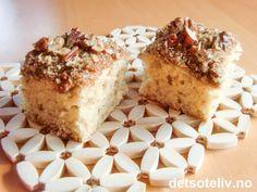 """Jeg elsker amerikanske kaker! Det er derfor jeg har en egen kategori for kaker """"The American way"""" hvor du finner mange av mine yndlingskaker. Her er et nytt tilskudd til denne samlingen: """"American Coffeecake"""" er en enkel kake å lage som er utrolig myk i konsistensen. Den smaker fantastisk av kanel og herlige pecannøtter! """"American Coffeecake"""" er perfekt hvis du raskt vil bake en litt ekstra god hverdagskake. Oppskriften er til liten langpanne."""