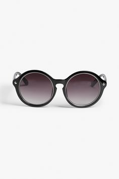 Weo weo! Babe alert. Note the subtle metallic halo between the lenses and the frames that make these round sunglasses really pop.