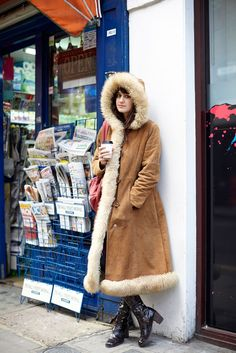 27 Too-Cool Winter Street-Style Snaps Cold Weather Outfits, Winter Outfits, London Winter, Russian Winter, Japanese Street Fashion, Shearling Coat, Style Snaps, Winter Collection, Casual Chic