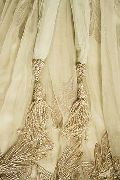 A la muerte de Worth, en 1895, el sistema de colecciones y temporadas, una verdadera empresa de creación y comercialización de prototipos de vestidos, estaba consolidado y había sido adoptado por otros costureros que, como Worth, se enorgullecían de su profesión. La saga de los Worth, los hijos Jean Philippe y Gaston, los nietos Jean Charles y Jacques, así como los biznietos Roger y Maurice, mantuvieron la casa abierta en París y Londres hasta 1954. Detalle de vestido 1908.