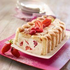 Sweet - Light Charlotte with strawberries & raspberries. Ingredients: 14 biscuits in the s. Charlotte Dessert, Charlotte Au Fruit, Charlotte Cake, Love Eat, Love Food, Desserts With Biscuits, Strawberry Recipes, Sweet Cakes, Cookies