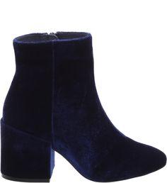 O veludo é um dos tecidos chave dessa temporada. De modelo clássico, com cano curto, salto bloco médio e bico arredondado, a bota de material sofisticado, na cor preta, é um must-have. Garanta estilo