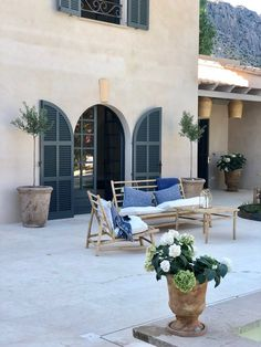 tinekhome style is a mixture of bohemian living and elegant simplicity. A combination of colors, traditional crafts and Scandinavian simplicity. Bamboo Furniture, Home Furniture, Outdoor Furniture, Outdoor Decor, Zara Home, Lofts, Ibiza, Bamboo House, Natural Stone Flooring