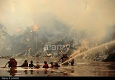 Jakarta, Indonesia. 2nd Sep, 2015. Residents and firefighters try to extinguish a fire burning temporary houses at a riverside slum in #Jakarta © Zulkarnain/Xinhua/Alamy Live News