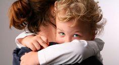 Porque devemos abraçar os nossos filhos quando agem mal? Passo a explicar: Porque os nossos filhos aprendem mais com amor do que com castigos.