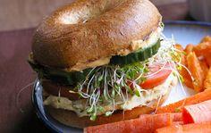 Aprovechando que hace pocos días les facilitábamos una receta sobre como hacer fácilmente la deliciosa receta delhummus en casa, hoy aprovechamos para daros unas ideas sobre como combinar esta crema de garbanzos en forma de sandwich, por supuesto, apto para veganos y vegetarianos. Ingredientes 2 rebanadas de pan integral o 1 panecillo cortado por la mitad – puede servir el mismo que usamos para hacer una hamburguesa – Cucharadas al gusto de hummus de garbanzos – recomendamos de untar de 2 a…